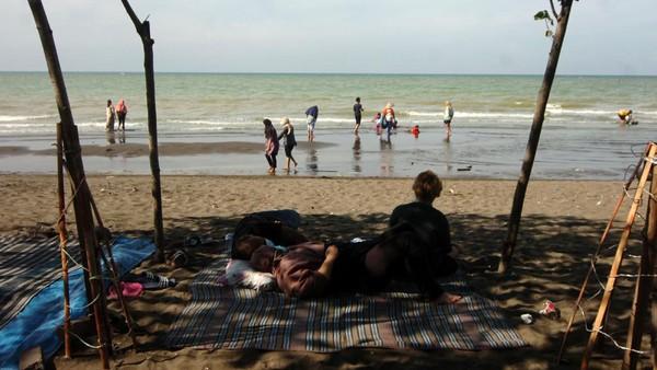 Tak sedikit pula warga yang mengunjungi pantai Utara di kawasan Suradadi, Kabupaten Tegal. Pantai yang berada di pinggir Jalur Pantura itu menjadi salah satu tujuan wisatawan menikmati libur panjang bersama keluarga. ANTARA FOTO/Oky Lukmansyah.