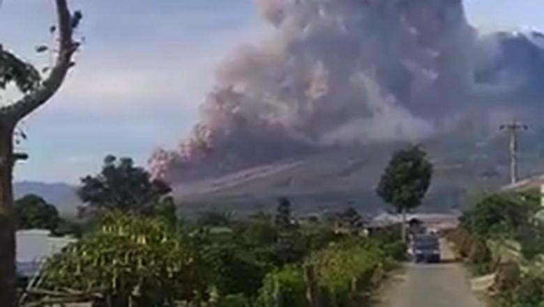 Gunung Sinabung Luncurkan Awan Panas, Status Siaga!