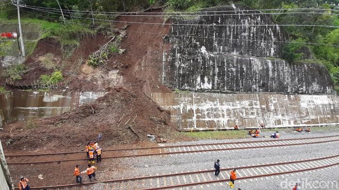 Hujan deras pada Rabu (28/10) sekitar pukul 22.50 WIB mengakibatkan tanah longsor di depan terowongan antara Stasiun Notog-Kebasen, Banyumas, Kamis (29/10/2020).