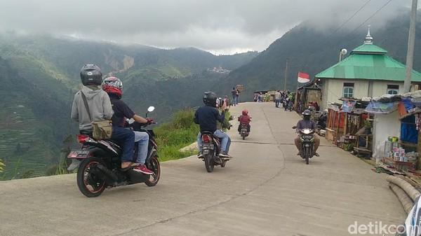 Suguhan pemandangan yang menawanlah yang menjadi tujuan utama para pengunjung Dieng, melintasi jalur ini (Robby Bernardi/detikTravel)