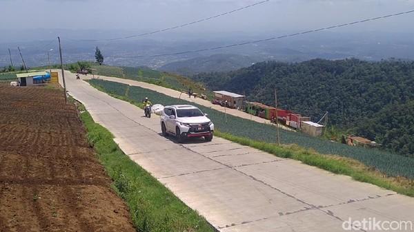 Ya, jalan di atas sabuk pegunungan Dieng ini, dalam kurun waktu hampir satu semester ini, dijadikan jalur utama bagi pengunjung Dieng dari arah Pantura (Robby Bernardi/detikTravel)