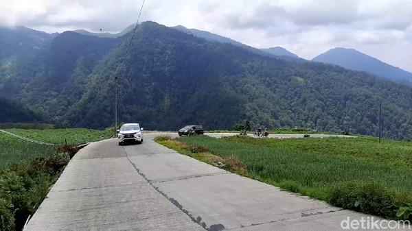 Untuk melintas di jalur ini, baik yang menggunakan tol maupun Pantura, bisa langsung menuju ke Batang dan ke Kecamatan Bawang. Dari Pantura Batang Banyuputih sendiri memakan waktu sekitar 40 menit ke arah selatan untuk menuju ke Wilayah Kecamatan Bawang (Robby Bernardi/detikTravel)