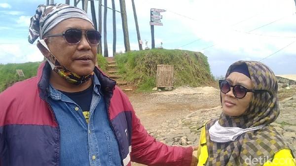 Salah satu pemotor yang penasaran dengan keindahan jalan di atas awan yakni pasangan touring Genda (53) dan Lulu (48) warga Tangerang. Dengan mengendarai motor Pulsar 220 F, keduanya merasa puas melintas jalur di atas awan ini (Robby Bernardi/detikTravel)
