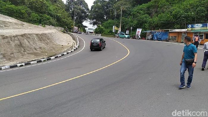 Jalur Puncak Cianjur di kawasan Segar Alam rawan longsor.