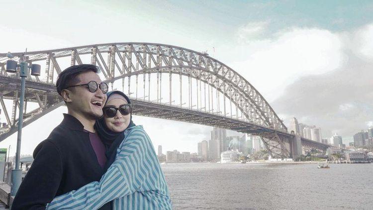 Arie Untung Nyaris Cerai dengan Fenita Arie, Kini Mesra Hijrah Bareng