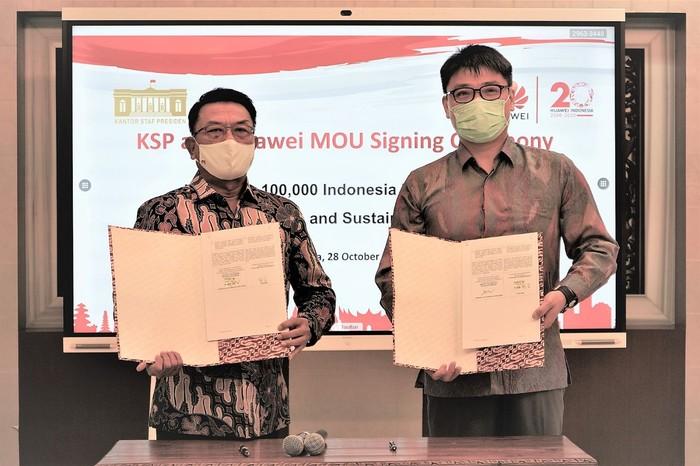 Kepala Staf Kepresidenan bersama Jacky Chen, CEO Huawei Indonesia seusai melakukan penandatanganan Nota Kesepahaman di Jakarta