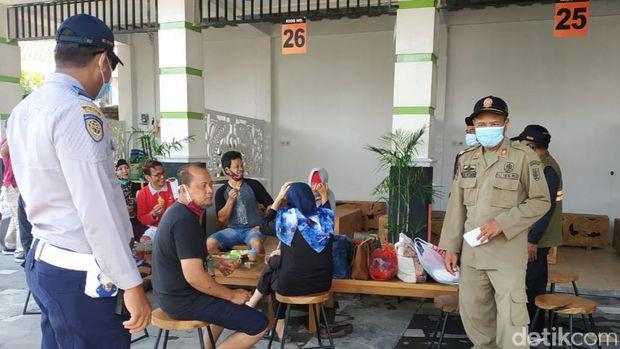 Tim Gabungan Sisir Pengunjung Tak Bermasker di Objek Wisata Air Klaten, Kamis (29/10).