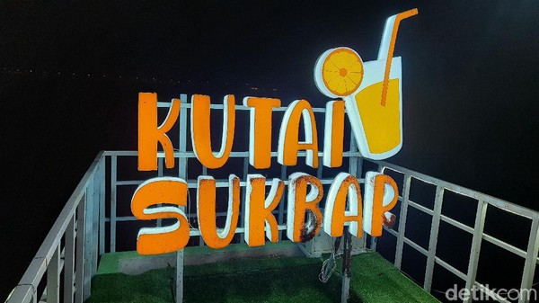 Wisata yang sedang viral ini namanya Kutai Sukbar. Singkatan dari Wisata Kuliner Pantai Sukolilo Barat. Lokasinya berada di di Dusun Jarat Lanjang, Kelurahan Sukolilo Barat, Kecamatan Labang, Kabupaten Bangkalan.