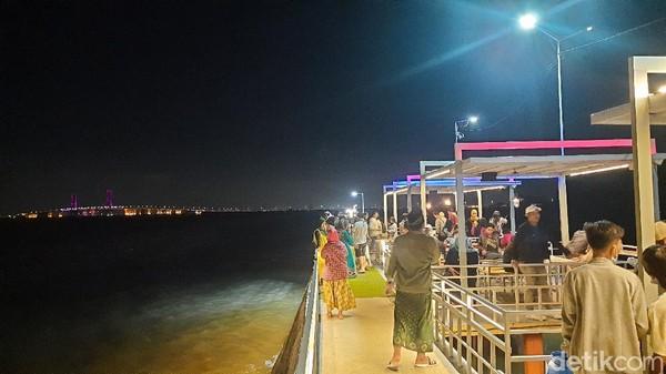 Sempat pesimis akan jumlah pengunjung, akhirnya banyak juga masyarakat Bangkalan hingga pelancong dari luar daerah yang wisata kulineran di sini.