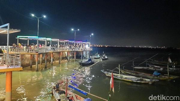 Destinasi ini menawarkan pemandangan sunset di pinggir pantai dan bisa melihat Jembatan Suramadu dengan jelas. Saat malam, kapal-kapal nelayan yang parkir menjadikan wisata pantai terasa sangat natural.