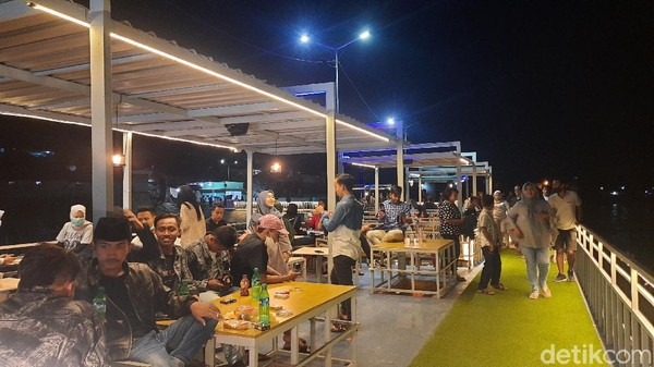 Awal mula ide dan konsep mendirikan Kutai Sukbar ini terinspirasi dari Pujon, Malang. Akhirnya Bumdes setempat memanfaatkan tangkis laut menjadi kafe modern.
