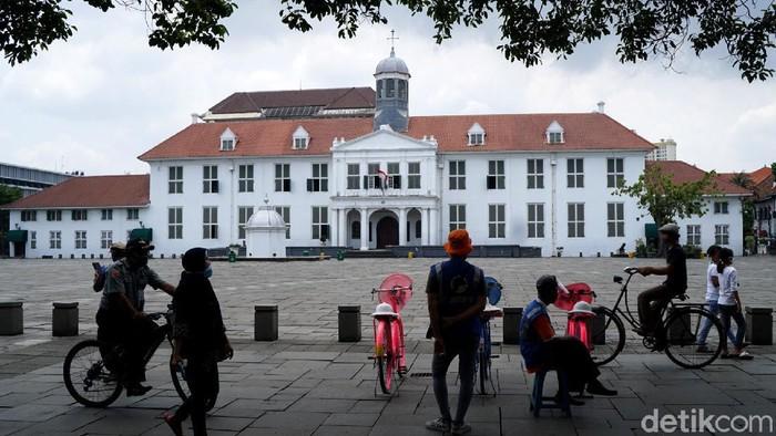 Memasuki libur hari kedua, Wisatawan mulai mendatangi objek wisata Kota Tua, Jakarta, Kamis (29/10/2020). Libur panjang dan cuti bersama yang ditetapkan pemerintah seperti ini biasanya kawasan wisata kota tua selalu dibanjiri oleh pengunjung.
