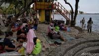 Tak sedikit orang tua yang mengajak anak-anak mereka berwisata ke Pantai Ancol.