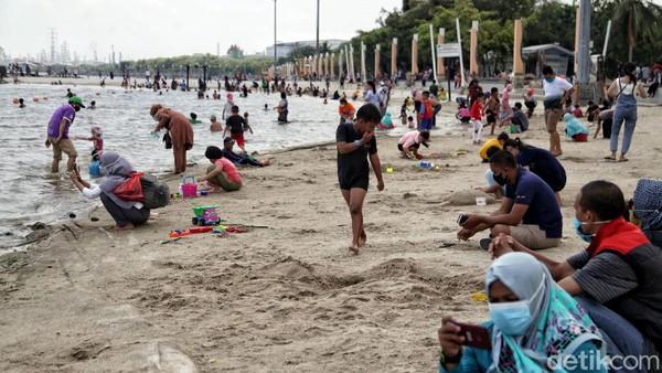 Pantai Ancol tampak ramai oleh wisatawan yang mengisi waktu libur panjang Maulid Nabi Muhammad SAW bersama keluarga, Kamis (28/10/2020).
