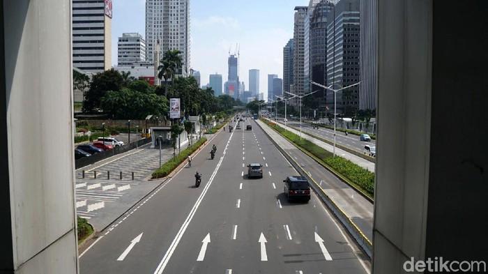 Libur panjang ini membuat lalu lintas di jalan protokol di ibu kota sepi. Seperti terlihat di jalan Sudirman, Jakarta.