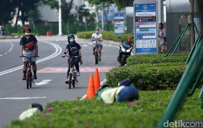 Jalan-jalan di ibu kota sepi saat libur panjang ini. Warga pun memanfaatkan momen ini dengan bersepeda di jalan tersebut.