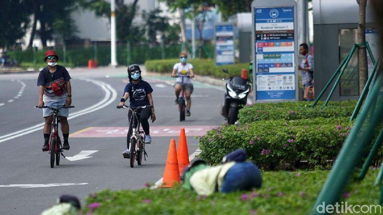 Membelah Sepinya Jalan Sudirman dengan Sepeda