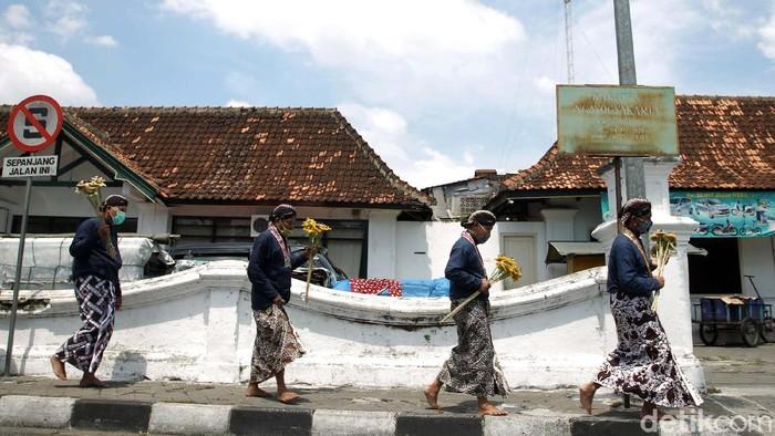 Abdi dalem Keraton Yogyakarta mengikuti Grebeg Maulud di komplek Keraton Yogyakarta, Kamis (29/10). Acara ini diselenggarakan dengan protokol kesehatan ketat.