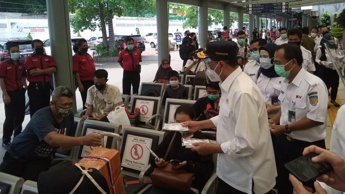 Menhub tinjau penerapan protokol kesehatan di Stasiun Senen, Jakarta Pusat