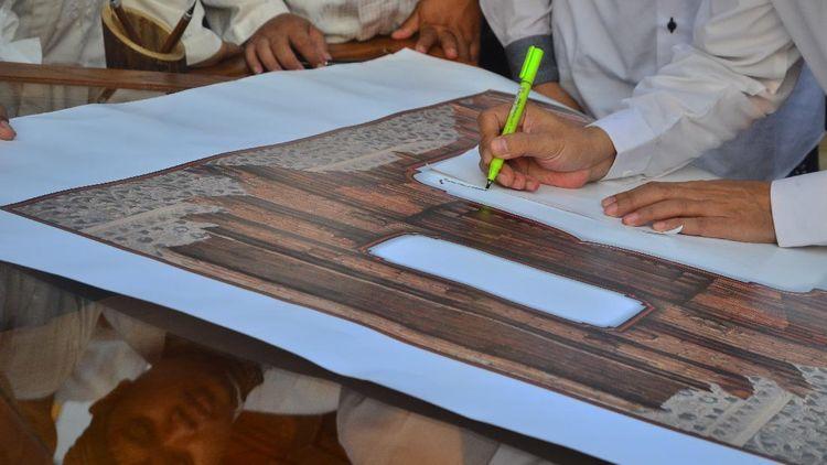 Seniman Kaligrafi Menulis Ulang Musyaf Al Quran dengan Tangan