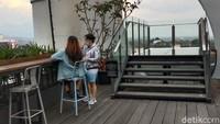 Destinasi ini pun bisa jadi alternatif buat kamu yang menghabiskan liburan di Bandung. Apalagi jika kamu menyukai bersantai sambil menikmati panorama kota dan alam dari ketinggian. (Wisma Putra/detikTravel)