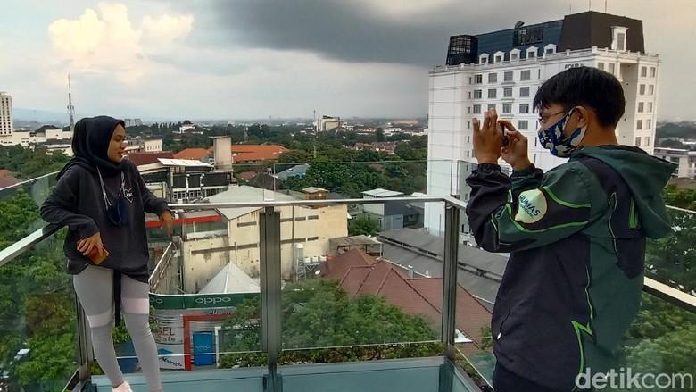 Rooftop cafe di Moxy Hotels, Bandung.