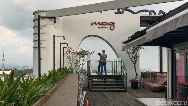 Rooftop cafe di Moxy Hotels, Bandung.