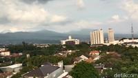 Pemandangan gedung bertingkat, pemukiman, jalan raya, Jembatan Pasopati, bangunan bersejarah Gedung Sate dan bangunan lainnya di Bandung bisa terlihat dari spot ini. Keren kan? (Wisma Putra/detikTravel)