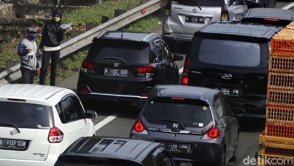 Pedagang Asongan Mengais Rezeki di Tengah Kemacetan