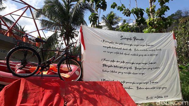 Pengibaran bendera raksasa oleh Mapala UPN Veteran Yogyakarta dan Federal Yogya Brayat Kidul di Jembatan Baru Kedungjati, Bantul, Kamis (29/10/2020).