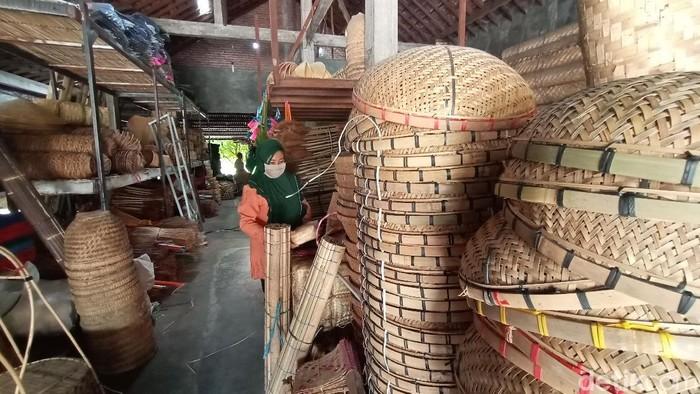 Pedagang keranjang anyaman bambu dibanjiri permintaan saat Peringatan Maulid Nabi Muhammad. Keranjang bambu ini digunakan untuk tradisi golok-golok menthok di Kudus.