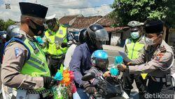 Polisi Banyuwangi Bagikan Telur Hias ke Pengguna Jalan Peringati Maulid Nabi