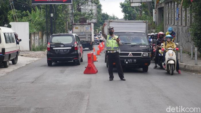 Polisi melakukan pengaturan lalu lintas di kawasan wisata Lembang.