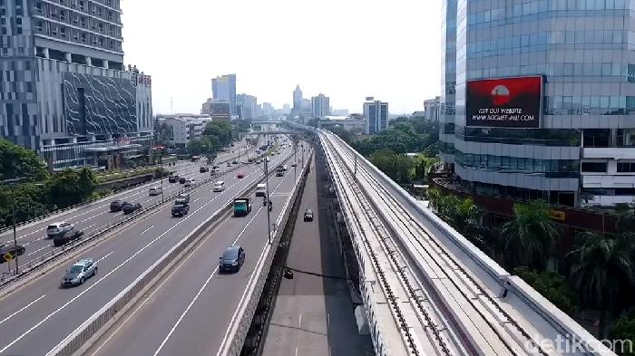 Momen libur panjang dan cuti bersama dimanfaatkan sejumlah warga Jakarta untuk bepergian ke luar kota. Alhasil, suasana jalan di Ibu Kota pun tampak lengang.