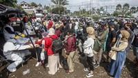 Wisatawan di Puncak Bogor Antre Rapid Test