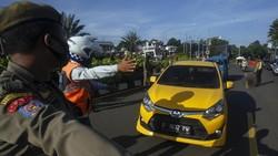 Rapid test dan swab test digelar Satgas COVID-19 Pemkab Bogor kepada wisatawan yang ingin berlibur di kawasan puncak Bogor. Begini potret antreannya.
