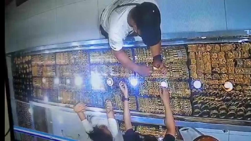 Pria Ini Berlagak Beli Emas Ternyata Maling, Aksinya Terekam CCTV