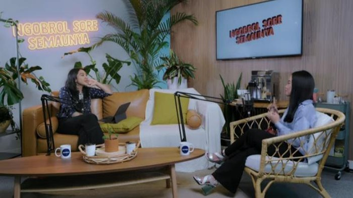 Putri Tanjung berbincang dengan Yura Yunita di program NSS episode 10.