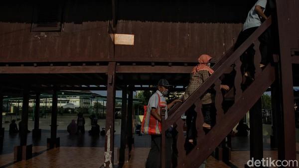 Sejumlah pengunjung menaiki tangga untuk masuk ke bagian dalam Rumah Si Pitung.
