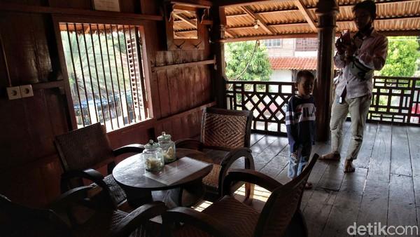 Tampak seorang wisatawan memotret salah satu bagian yang berada di area Rumah Si Pitung.