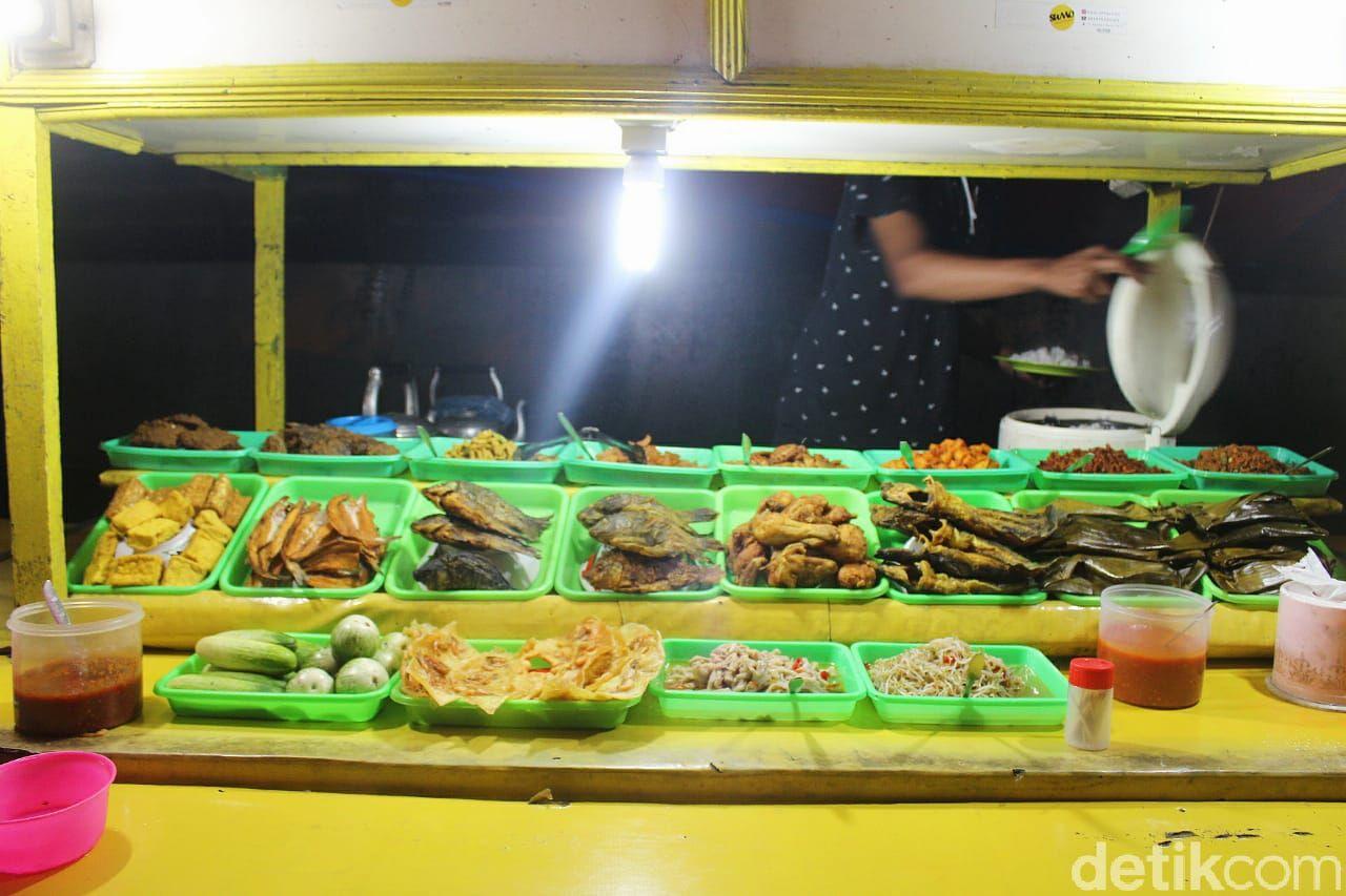 Si Tampan Dika Siap Menunggu Kamu Makan di Warung Sunda Ini