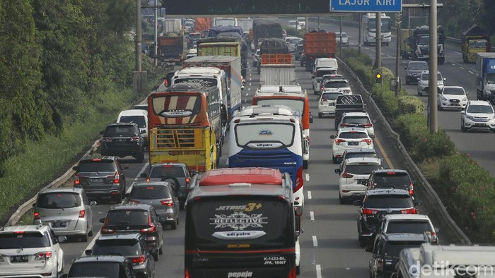 Hari libur nasional peringatan Maulid Nabi dan Cuti Bersama dimanfaatkan orang-orang untuk berlibur di tengah pandemi. Kemacetan terlihat di Tol JORR arah Cikampek pagi ini.