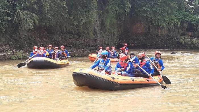 Wali Kota Bogor Bima Arya menyusuri Sungai Ciliwung.