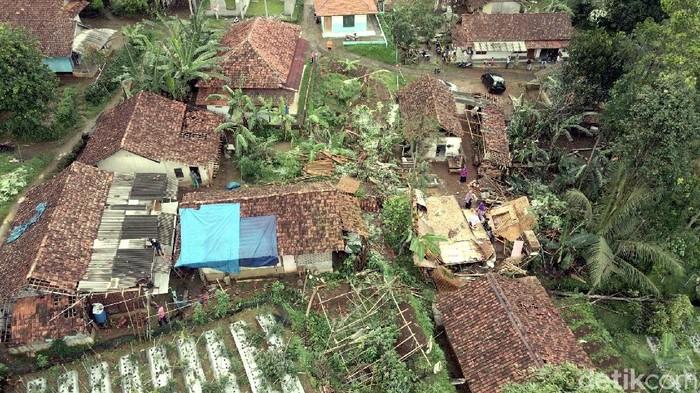 Sebanyak 92 rumah mengalami kerusakan parah imbas terjangan puting beliung di Desa Tugu Bandung, Kecamatan Kabandungan, Kabupaten Sukabumi.