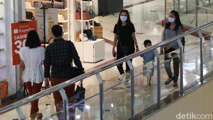 Libur cuti bersama dimanfaatkan warga untuk bepergian. Salah satu destinasinya yakni pusat perbelanjaan atau mal. Seperti apa sih suasananya?
