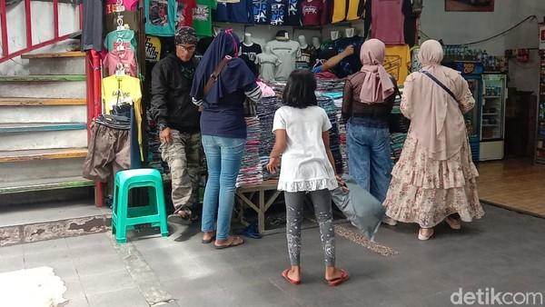 Pantauan detikTravel, Jumat (30/20/2020) siang, notabene wisatawan yang datang ke kawasan Cihampelas merupakan wisatawan yang berasal dari Jakarta.