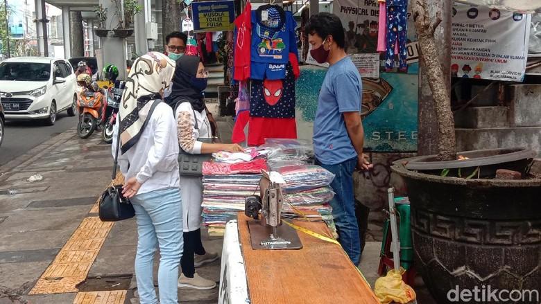 Kawasan Cihampelas, Kota Bandung, Jawa Barat ramai dikunjungi wisatawan untuk berbelanja produk fesyen.