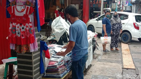 Libur panjang ini, memberikan rezeki bagi para pedagang pakaian yang ada di Kawasan Cihampelas. Salah satunya dirasakan oleh Triono.