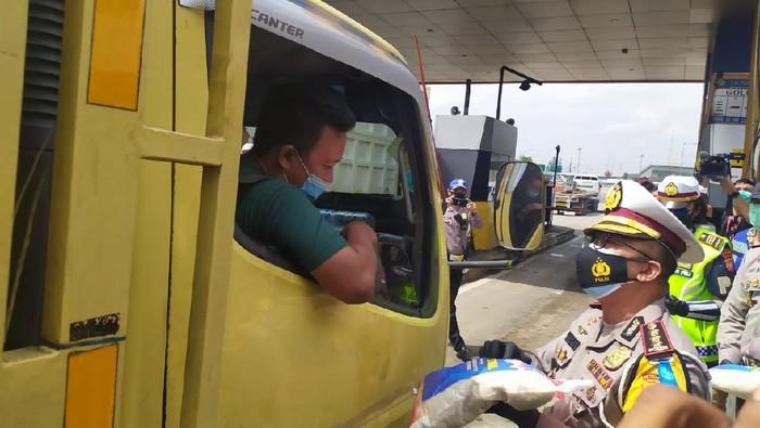 Ditlantas Polda Metro Jaya bagi-bagi beras di GT Cikunir 2 Bekasi