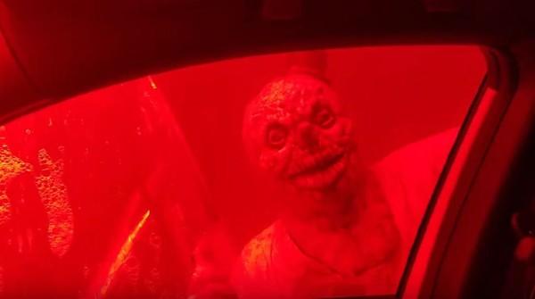 Untuk menambah kesan horor, ada pula lampu strobo yang membuat busa sabun terlihat seperti darah. (Wash Doctor Car Wash/Facebook)
